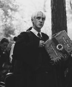 Holy shit he is so hot and he is holding a BOOK 📖 Harry Potter Thema, Saga Harry Potter, Harry Potter Draco Malfoy, Harry Potter Pictures, Harry Potter Characters, Snape Harry, Severus Snape, Hermione Granger, Tom Felton