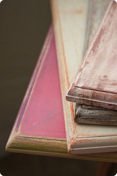 create vintage looking weathered picture frames. Photo Frame Display, Photo Displays, Home Crafts, Fun Crafts, Diy And Crafts, Cool Diy Projects, Project Ideas, Craft Ideas, Man Cave Items