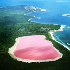 Lago Hillier, é um lago em Middle Island, a maior das ilhas e ilhotas que compõem o arquipélago de Recherche, Austrália Ocidental.       O s...