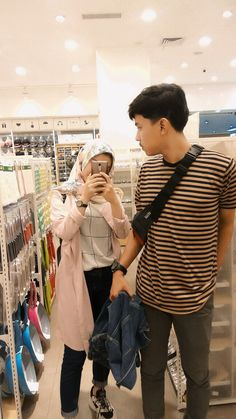 Referensi foto bareng ian wkwk Casual Hijab Outfit, Ootd Hijab, Hijab Chic, Cute Relationship Goals, Cute Relationships, Muslim Couples, Muslim Women, Tumblr Couples, Boy And Girl Best Friends