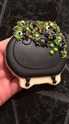Cauldron cookies - Miller is Home Pumpkin Sugar Cookies Decorated, Halloween Cookies Decorated, Halloween Sugar Cookies, Chocolate Sugar Cookies, Chewy Sugar Cookies, Iced Cookies, Halloween Desserts, Bolo Halloween, Halloween Chocolate