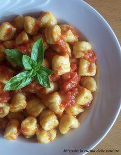 Gnocchi di ricotta al basilico con salsa al pomodoro, ricetta mediterranea.