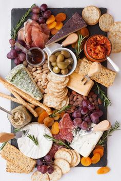 Board antipasti italien, cheese and cracker tray, meat and cheese tray, cha Charcuterie Recipes, Charcuterie Platter, Charcuterie And Cheese Board, Cheese Boards, Antipasti Board, Party Food Platters, Cheese Platters, Cheese And Cracker Tray, Antipasto
