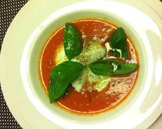 La ricetta perfetta di fine estate? Gazpacho con bocconcini di mozzarella di bufala e petali di basilico