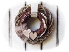**Wir bieten Ihnen einen tollen Türkranz zum Kauf an.**  _- Dekoriert ist der Weidekranz mit einem daraufliegendem Sisalkranz die verschönert wurden mit Schleifenbänder, Holzherzen, Perlen,...