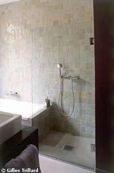 guest shower? glazed opening tiled seat and multi white wall, Badkamer