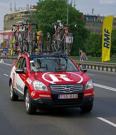 Locozoom: Nissan Qashqai - RadioShack-Nissan cycling team service car