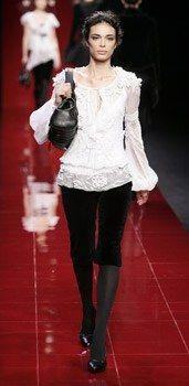 Blouse blanche brodée – Elie Saab - Blouses Chemisiers Tops - Entre esprit romantique et poésie, voici un modèle qui combine le charme de la transparence et le raffinement de la broderie. Blouse blanche brodée – Elie Saab : 1450 € Informations : 01 42 56 77 76 et sur www...