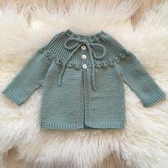 #blomsterjakka 🌸 oppskrift @tiddelibom.no Knitting Projects, Knitting Patterns, Crochet Patterns, Knitting Ideas, Baby Sweaters, Knit Cardigan, Baby Knitting, Baby Dress, Little Ones