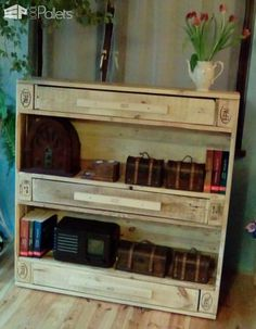 Pallet Shelves Projects This clever EPAL Pallet Bookshelf uses the space between the pallet blocks as shallow drawers and measures cm. … - This clever EPAL Pallet Bookshelf uses the space between the pallet blocks as shallow drawers and measures cm. Pallet Crafts, Pallet Projects, Woodworking Projects, Wooden Projects, Woodworking Plans, Diy Crafts, Pallet Display, Pallet Shelves, 1001 Pallets