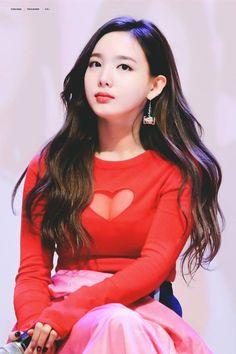 Nayeon-Twice Her hair looks so flowy I like it Kpop Girl Groups, Korean Girl Groups, Kpop Girls, Kpop Fashion, Korean Fashion, K Pop Idol, Bts Kim, Nayeon Twice, Im Nayeon