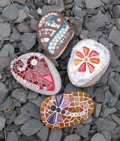 stones with mosaics - Moderne Ideen Mosaic Rocks, Stone Mosaic, Mosaic Art, Mosaic Glass, Mosaic Tiles, Mosaic Projects, Craft Projects, Projects To Try, Craft Ideas