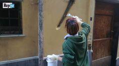 Offerte lavoro Genova  Le scritte cancellate e subito ricomparse  #Liguria #Genova #operatori #animatori #rappresentanti #tecnico #informatico Al Carmine infuria la battaglia dei graffiti. Lotta di classe a colpi di pennelli