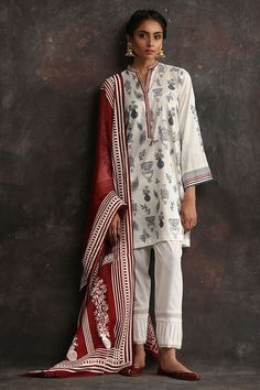 Nida Azwer - White textured kali jacket embellished with pearls and mirror work with camisole. Pakistani Formal Dresses, Pakistani Fashion Casual, Pakistani Dress Design, Pakistani Outfits, Indian Outfits, Indian Fashion, Western Outfits, Indian Dress Up, Indian Attire