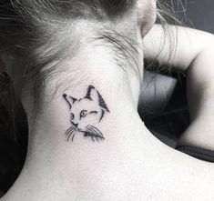 idee für einen kleinen schönen katzen tattoo auf nacken für die damen eine schwarze katze mit schwarzen vibrissen