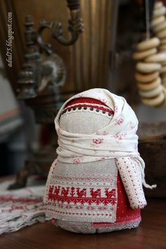 A lovely Russian cloth toy in a peasant's outfit Matryoshka Doll, Doll Quilt, Doll Repaint, Little Doll, Soft Dolls, Fabric Dolls, Sewing Crafts, Chiffon, Textiles