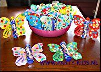Maak zelf een vlinder traktatie van rol smarties. Maak hem samen met je kind. Tip maak met een perforator gekleurde rondjes en plak deze op de vleugels.