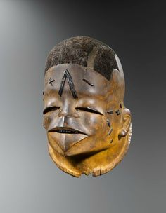 Mapico helmet mask, Makonde, Mozambique - Tanzania, 19th or beginning 20th century. Wood, hair, wax and pigments. H.: 27 cm © Yann Ferrenadin, photo : Hughes Dubois Provenances : Otto Eilersen, artiste danois, acquis à Amsterdam vers 1950 ;