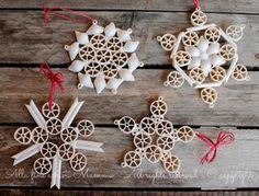 Snowflakes with dry pasta Eventually Mamma arrives- Fiocchi di neve con pasta secca Christmas Tree Toy, Christmas Crafts For Kids, Holiday Crafts, Holiday Ornaments, Christmas Decorations, Pasta Crafts, Pasta Art, Crafts For Seniors, Holiday Centerpieces