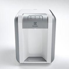 Seu painel Easy Touch proporciona um fácil manuseio e praticidade na hora da limpeza. Seu filtro de carvão ativado de polipropileno oferece uma água livre de impurezas, sabor, odor e qualquer bactéria. O aparelho conta com um indicador de troca de filtro, que te lembra de trocar o filtro quando este se encontra saturado. A troca do filtro é simples e prática. Mais modernidade e qualidade de vida para sua casa.