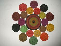 Risultati immagini per artesanato em jornal Newspaper Crafts, Diy Arts And Crafts, Quilling, Coasters, Recycling, Kids Rugs, Wall Art, Painting, Google
