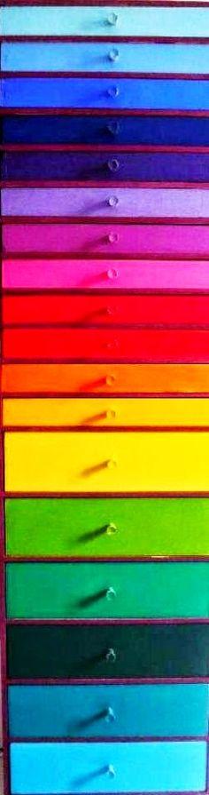 Rainbow color chest of drawers (¯`'•.¸de l'arc-en-ciel¸.•'´¯)