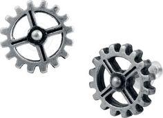 """Hartjes, bloemetjes en beertjes - weg ermee! Waarom niet gewoon een stel tandwielen als sieraden? Met het paar oorstekers """"Ear Gear"""" van Alchemy Gothic is dat mogelijk! De set """"Ear Gear"""" bestaat uit twee tandwielen met ieder vier spaken, gemaakt van nikkelvrij tin, om de machine draaiende te houden."""