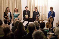 ... war ein wunderbares Erlebnis und eine große Freude! Am Samstag, den 14. Jänner, wurden am Nachmittag nicht nur die kleine Bühne und die Stuhlreihen für die Besucher/innen vorbereitet, auch dasPöstlingberg Quartett stimmte sichmit dem Bariton Franz Pittrof auf den Abend ein.    Wie sie waren auch wir ein wenig nervös: Immerhin würde sich herausstellen, ob sich Guest Rooms, Concert, Glee