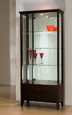 Cristaleira produzida em madeira maciça com painéis laminados. É espelhada, possui os pés fixos em alumínio, 02 gavetas inferiores e iluminação interna com lâmpada de LED. Medidas: 79,7 x  186 x 39,5cm. http://www.moradamoveis.com/