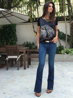 """Jeans + camiseta podem compor um look elegante também. Para ter este resultado, escolhi uma calça flare, escura e sem lavagem, porque é mais """"clássica"""", e uma camiseta de seda. Esses detalhes fazem toda a diferença na hora de compor o visual apropriado para certas ocasiões que pedem um visual mais chique."""