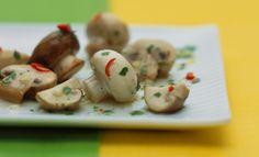 Eingelegte Champignongs:       400 g Champignons     1/2 rote Chilischote     300 ml KNORR Delikatess Brühe     50 - 100 ml Weißwein     2 Beutel KNORR Salatkrönung Gartenkräuter mit Knoblauch