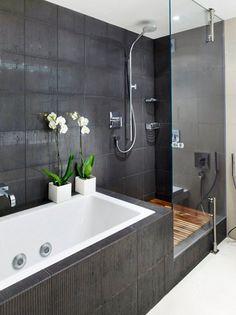 carrelage salle de bain gris foncé, receveur de douche en bois et déco en orchidées blanches