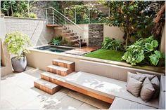 """Un espace salon/détente, un point d'eau, la modernité du béton avec l'authenticité du bois et de la pierre. Tout ça dans un tout petit jardin en gradin... Vraiment il ne manque qu'un coin """"feu"""" et ce jardin sera parfait !"""