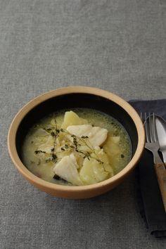 たっぷりのにんにくでピリッと辛い ポルトガル風のスープで白ワインをどうぞ  <材料 2人分> じゃがいも 2個 甘塩たら(切り身) 2切れ 玉ねぎ 1/4個 にんにく 2片 赤唐辛子 1本