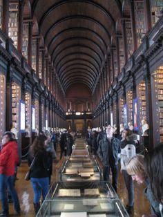 The Old Library telt ruim 200.000 in varkensleer gebonden kostbare boeken. Oorspronkelijk was er alleen de begane grond, pas in 1860 kwam de bovenverdieping, het houten boogdak en daarmee de sfeer van een gewijde, donkere tunnel tot stand. Dat werd in de victoriaanse tijd erg gewaardeerd.