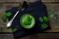 Fluweelzachte basilicum en courgette soep. Perfect om te profiteren van wat de zomer op dit moment in de aanbieding heeft.