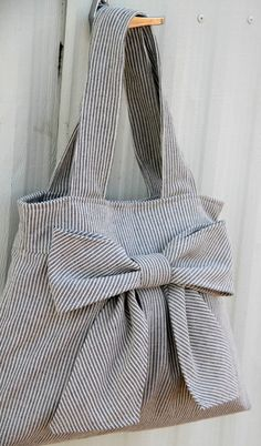 Bow Bag Purse w / doubles par peacelovenpolkadots Sacs Tote Bags, Tote Purse, Sewing Hacks, Sewing Crafts, Diy Sac, Bow Bag, Fabric Bags, Cute Bags, Handmade Bags