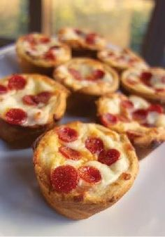 Deep Dish Pizza Cupcakes - great for a quick lunch or dinner! Also makes great football food! Más Deep Dish Pizza Cupcakes - great for a quick lunch or dinner! Also makes great football food! Appetizer Recipes, Snack Recipes, Cooking Recipes, Pizza Recipes, Pizza Appetizers, Appetizers For Kids, Cupcake Pan Recipes, Muffin Pan Recipes, Healthy Appetizers