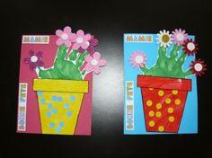 Et voilà notre dernier cadeau pour la fête des mamies !Une jolie carte avec l'empreinte de la main...  Le matériel :- Cartoline de couleur- Cartoline blanche- Peinture dont une de couleur verte- fleurs ...
