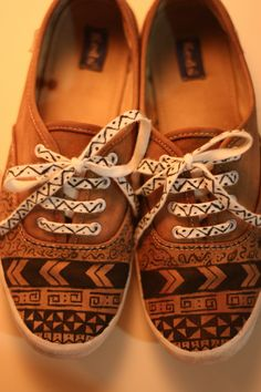 Love the designs (could bebdone in Sharpie) on these shoes! MY JUNKY BOX: DIY: Tribal shoes / Tribal desenli ayakkabı Painted Sneakers, Hand Painted Shoes, Painted Vans, On Shoes, Shoe Boots, Tribal Shoes, Sharpie Shoes, Estilo Tribal, Diy Vetement