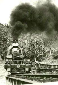 trein tussen Batavia en Bandoeng  IN 1948 REISDE ONZE ZWEMCLUB NEPTUNES  PER STOOMTREIN VAN BANDOENG NAAR BATAVIA
