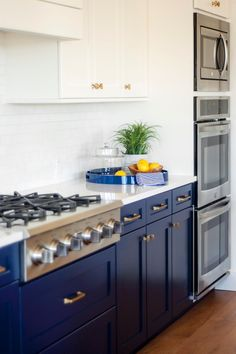 Bright blue cabinets bring a nontraditional yet fabulous flair to this kitchen. The space stays light and bright due to the white counters, cabinets and backsplash. A gas stove plus three ovens are a cook's dream. Navy Blue Kitchen Cabinets, Kitchen Cabinets Decor, Cabinet Decor, Cabinet Ideas, Cobalt Blue Kitchens, Navy Cabinets, Antique Cabinets, Home Staging Cuisine, New Kitchen