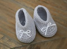 Explanations to easily make small baby booties at the trico . Baby Knitting Patterns, Baby Booties Knitting Pattern, Knit Baby Booties, Baby Boots, Baby Patterns, Tricot Baby, Baby Girl Dress Patterns, Baby Pullover, Baby Couture