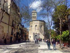 En la actual Plaza de la Magdalena, al final de la calle Mayor, se encontraba la puerta este de la muralla romana. En 1867, ante la necesidad de ampliar la plaza de la Magdalena, se aprobó su derribo -en aquel entonces era conocida como la Puerta de Valencia-. Se conservaron algunos sillares con inscripciones en latín, que pueden verse en el Museo de Zaragoza.