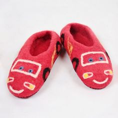 Kids house and kindergarden shoes. Very comfy and warm, kids will want to sleep in these shoes :-) Leather soles are not slippery. Handmade in Romania. Felted Wool Slippers, Sheep Wool, Kids House, Romania, Wool Felt, Mcqueen, Baby Shoes, Comfy, Warm