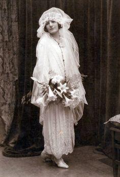 Vintage Wedding Photos, Vintage Bridal, Wedding Pics, Vintage Photos, Wedding Gowns, Vintage Weddings, Wedding Shot, Country Weddings, Wedding Dj