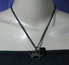 Colar com corrente negra e pingente de coroa em ouro velho com flor de resina negra. R$ 16,65