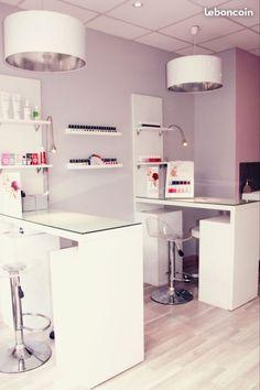 Bar à ongles Home Nail Salon, Nail Salon Design, Nail Salon Decor, Beauty Cabin, House Of Beauty, Beauty Room, Spa Interior, Salon Interior Design, Home Decor Sets