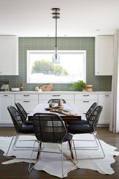 Upper Rockridge by AND Design + Construction Contemporary Kitchen Tables, Contemporary Chairs, Carpet Dining Room, Bright Dining Rooms, Wooden Dining Set, Dining Table Chairs, Dining Area, Elegant Dining, Construction
