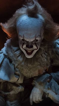 Pennywise from IT Creepy Clown Pictures, Scary Photos, Creepy Faces, It Pennywise, Pennywise The Dancing Clown, Scary Wallpaper, Halloween Wallpaper, Photo Wallpaper, Evil Clowns